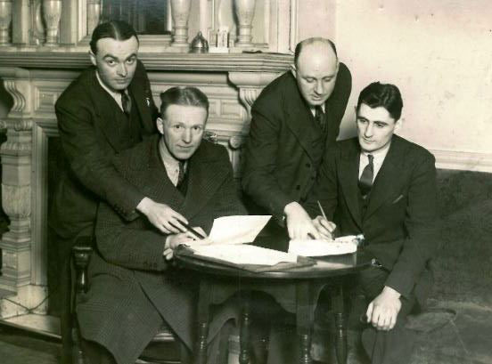 Bob-bell-signs-for-everton-1936