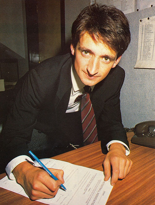 Pat Nevin signs for Everton
